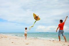 Cerf-volant de vol de père et de fils photos stock