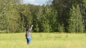 Cerf-volant de vol de femme dans les bois banque de vidéos