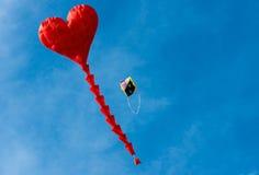 Cerf-volant en forme de coeur rouge Photographie stock