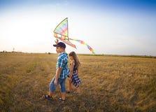 Cerf-volant jouant la soeur Togetherness Concept de frère d'activité Photos libres de droits