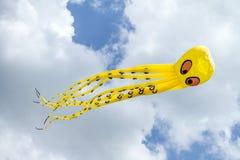 Cerf-volant mignon de vol images stock