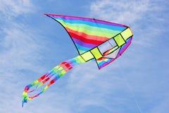 Cerf-volant multicolore lumineux en ciel bleu Photographie stock libre de droits