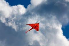 Cerf-volant orange dans le ciel Photographie stock libre de droits