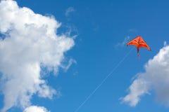 Cerf-volant orange dans le ciel Images stock