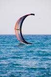 Cerf-volant sur une eau Photographie stock