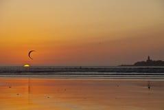 Cerf-volant surfant au coucher du soleil Photographie stock libre de droits