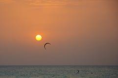Cerf-volant surfant au coucher du soleil Images stock