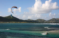 Cerf-volant surfant au-dessus de la mer photo stock