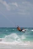 Cerf-volant surfant dans l'océan Photographie stock libre de droits