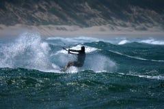 Cerf-volant surfant l'eau rugueuse Photo libre de droits