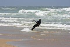 Cerf-volant surfant sur l'océan atlantique Photographie stock libre de droits