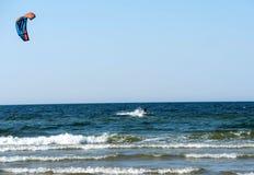 Cerf-volant surfant sur la mer images stock