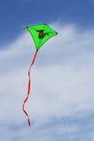 Cerf-volant vert dans le ciel Photo stock