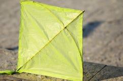 Cerf-volant vert sur le plancher en béton Photos stock