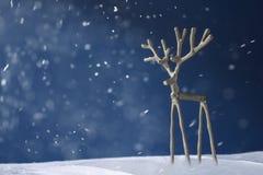 Cerfs communs argentés de souvenir sur un fond bleu dans la neige Images stock