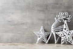 Cerfs communs argentés sur le fond gris Fond de Noël Image stock