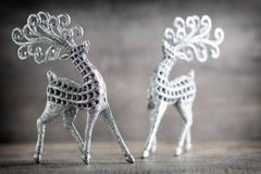 Cerfs communs argentés sur le fond gris Fond de Noël Images stock