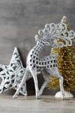 Cerfs communs argentés sur le fond gris Fond de Noël Photos stock