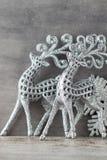 Cerfs communs argentés sur le fond gris Fond de Noël Photo stock
