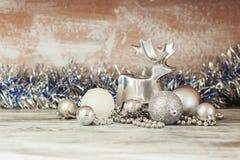 Cerfs communs décoratifs en métal et différentes décorations de nouvelle année photos libres de droits