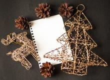 Cerfs communs de carte de Noël, flatley, boules de Noël, arbre de Noël Images stock