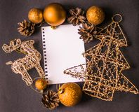 Cerfs communs de carte de Noël, flatley, boules de Noël, arbre de Noël Photographie stock