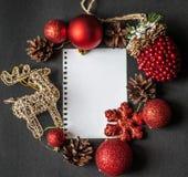 Cerfs communs de carte de Noël, flatley, boules de Noël, arbre de Noël, cerf commun d'or, fond noir Photographie stock libre de droits