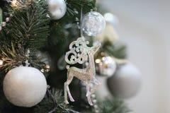 Cerfs communs de jouet de Noël sur l'arbre L'espace libre pour le texte Images stock