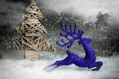 Cerfs communs de Noël fonctionnant dans la forêt de chute de neige Image libre de droits