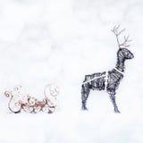 Cerfs communs et traîneau de Noël faits de câblage cuivre Photo stock