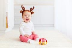 Cerfs communs heureux de bébé jouant avec le jouet à la maison Photo libre de droits