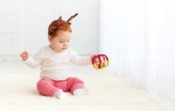 Cerfs communs heureux de bébé jouant avec le jouet à la maison Photos libres de droits