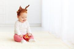 Cerfs communs heureux de bébé jouant avec le jouet à la maison Photographie stock libre de droits