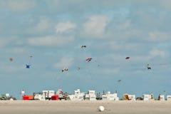 Cerfs-volants au-dessus de la plage chez Ording Photo stock