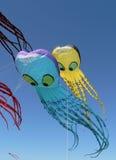 Cerfs-volants bleus et jaunes Images libres de droits