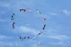 Cerfs-volants montant dans le ciel Photos stock