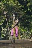 Cerimónia da guerra da canoa de povos de Asmat Caçador de cabeças de um tribo de Asmat em uma máscara com um o Imagens de Stock