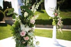 Cerimónia de casamento ao ar livre Chuppa do casamento decorado com flores frescas imagens de stock