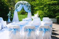 Cerimónia de casamento ao ar livre Decoração da cerimônia de casamento, decoração bonita do casamento, flores fotografia de stock