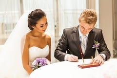 Cerimónia de casamento Noivos que saem seus foto de stock