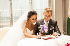 Cerimónia de casamento Noivos que saem seus fotografia de stock