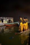 Cerimónia de Ganga Aarti no ghat de Lalitha em Varanasi Fotos de Stock