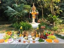 Cerimônia da adoração da casa do espírito com grupo do alimento fotografia de stock royalty free