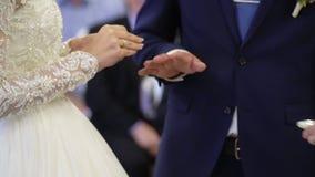 Cerimônia de casamento, alianças de casamento bonitas da troca dos pares video estoque