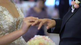 Cerimônia de casamento, alianças de casamento bonitas da troca dos pares vídeos de arquivo