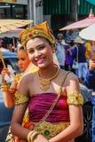 Cerimônia de casamento na rua As mulheres tailandesas atrativas novas em vestidos e na joia tradicionais são sorrir bonito imagens de stock