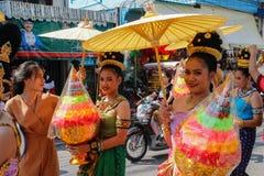 Cerimônia de casamento na rua Mulheres atrativas novas em vestidos tradicionais e suporte da joia sob guarda-chuvas e ramalhetes  fotos de stock royalty free