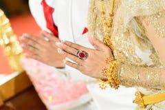 Cerimônia com mão dos noivos Imagens de Stock