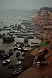 Cerimônia das ofertas de Ganges River, Índia de Varanasi Foto de Stock