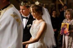 Cerimônia de casamento clássica de noivos luxuosos novos à moda Foto de Stock